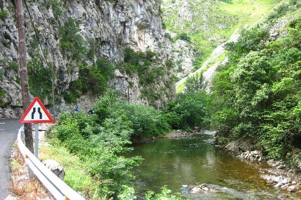 Turismo de Cantabria - Liébana - Desfiladero de La Hermida - corte carretera